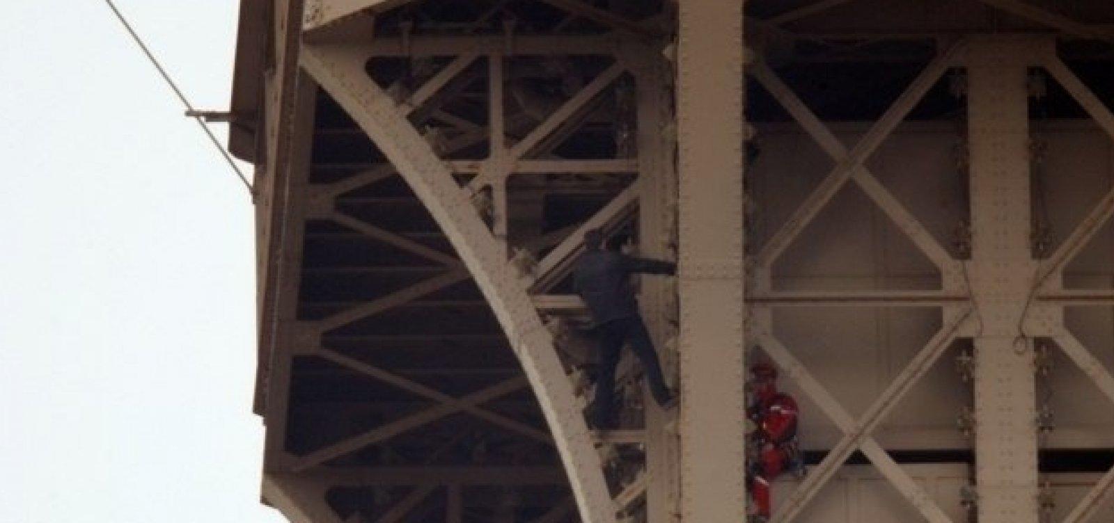 Torre Eiffel é fechada após homem escalar monumento