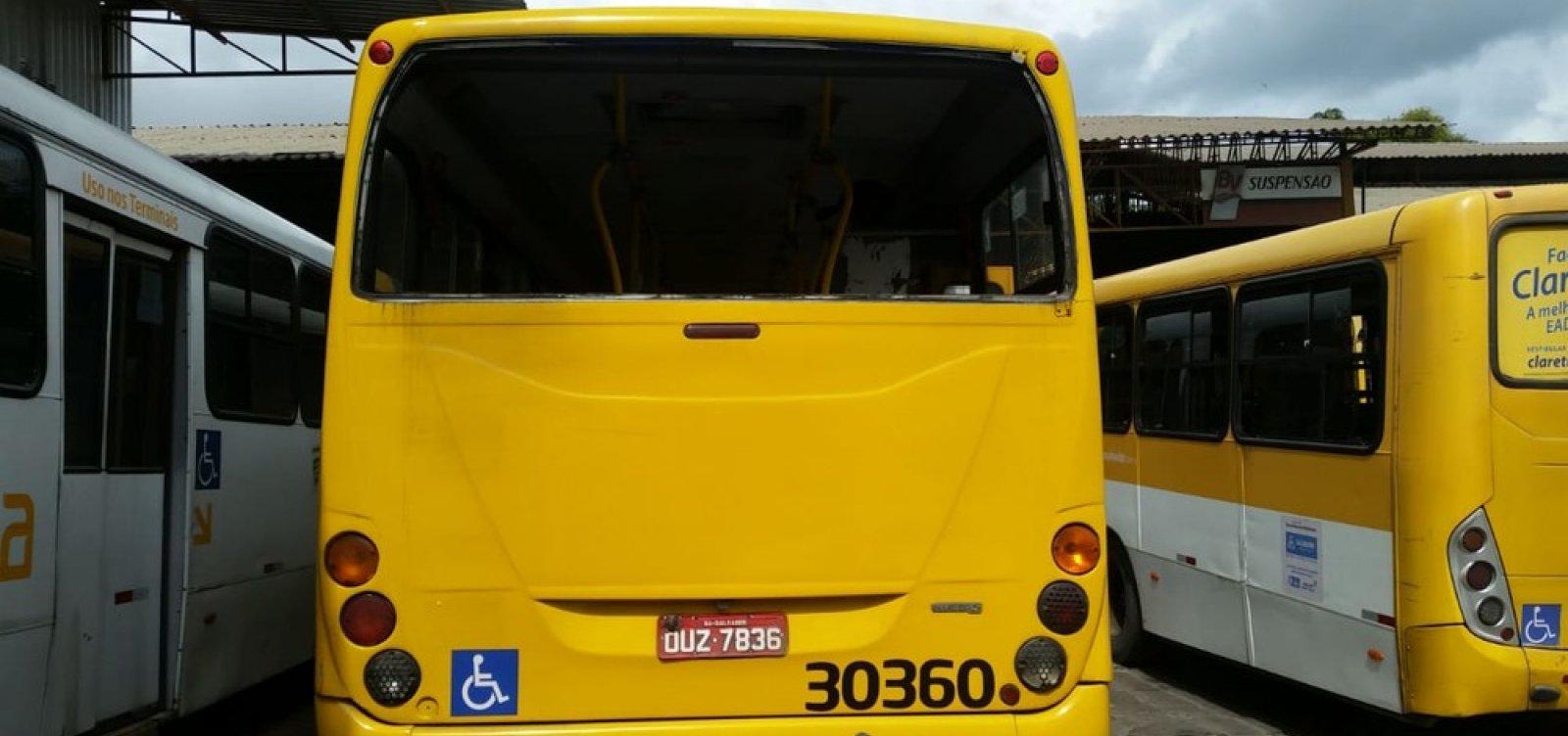 Ônibus é flagrado circulando sem vidro traseiro em Salvador