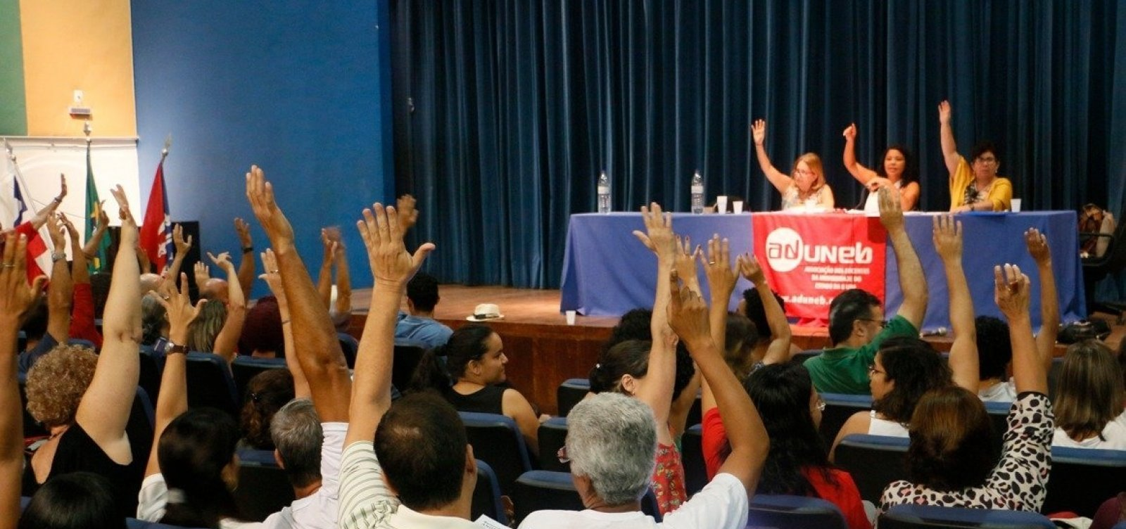 Após assembleia, professores da Uneb decidem manter greve