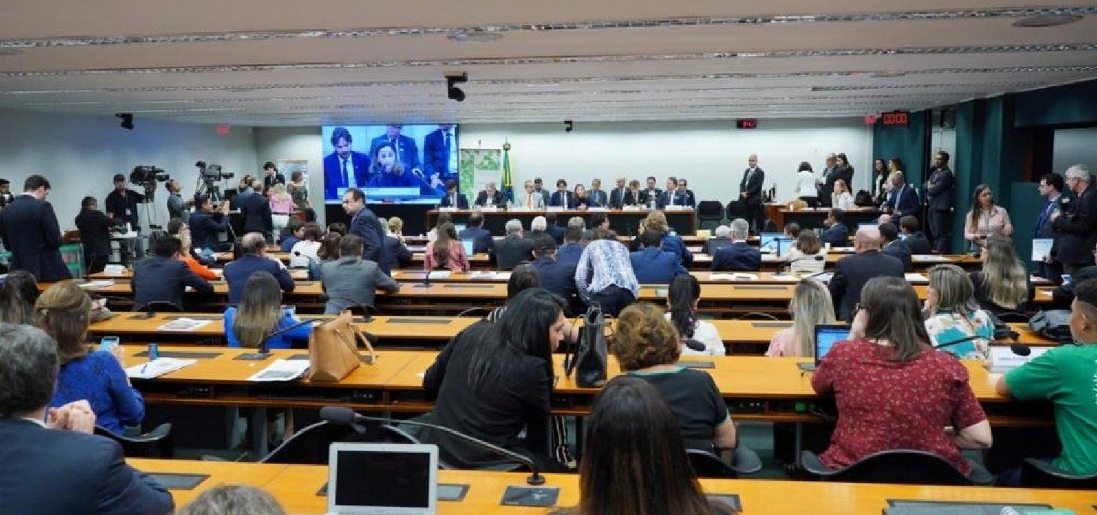 Deputados batem boca durante sessão em comissão da Educação; veja vídeo