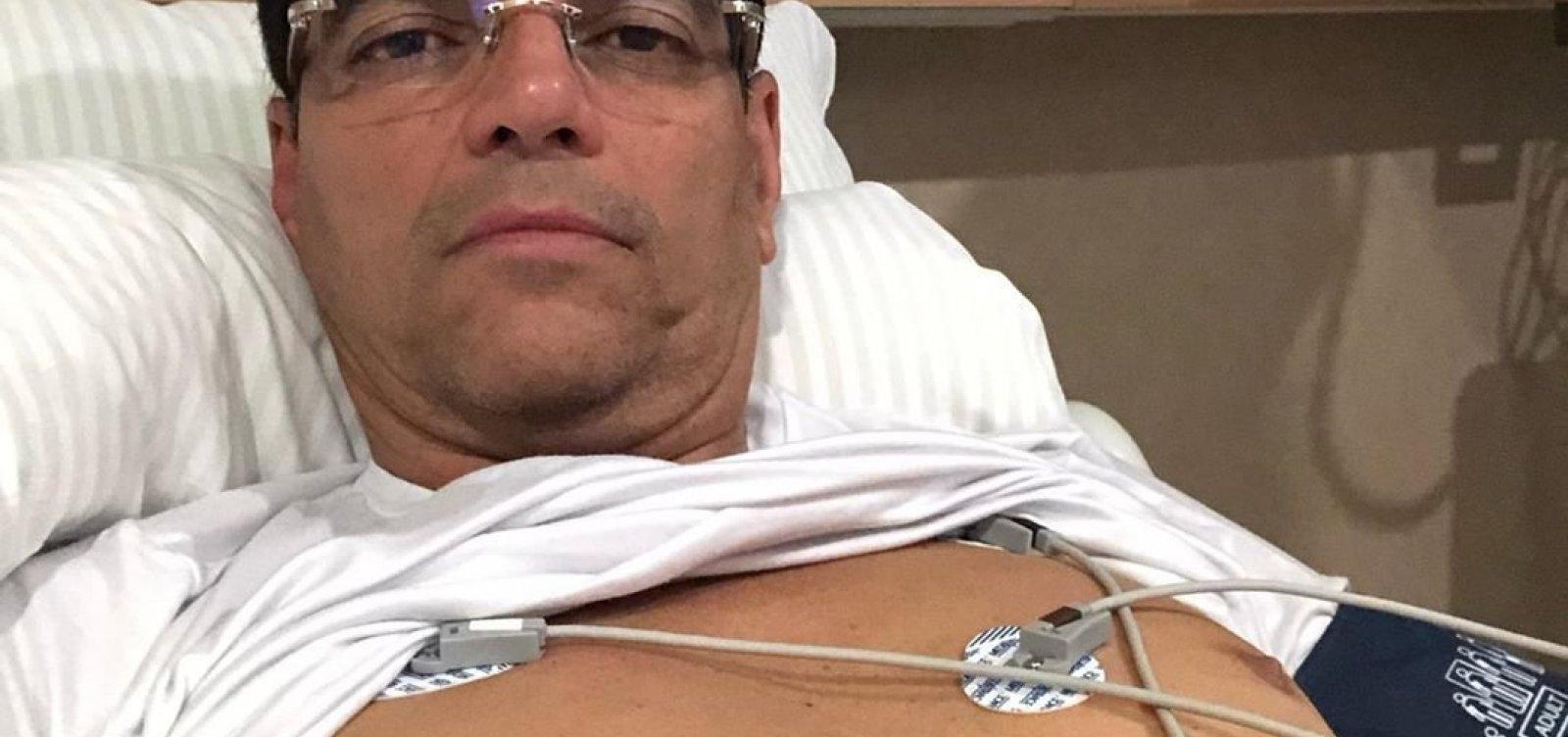 Para fugir de votação, deputado baiano faz check up e mostra mamilo na web