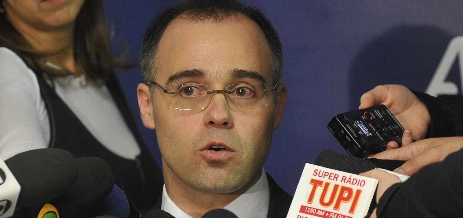 Ministro da AGU diz que professor 'não pode atuar como militante'