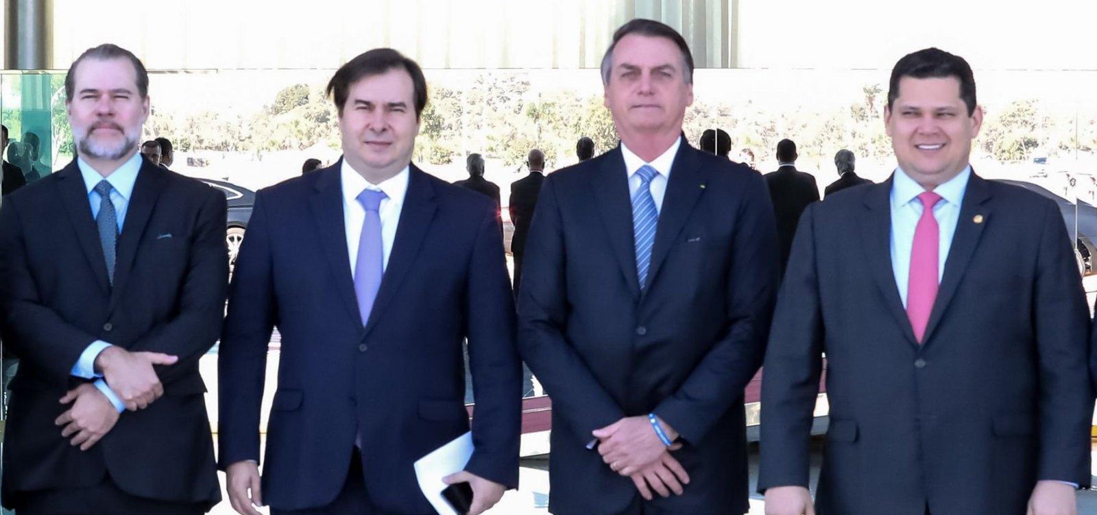 Bolsonaro diz ter 'muito mais poder' que Maia por ter 'caneta para editar decretos'