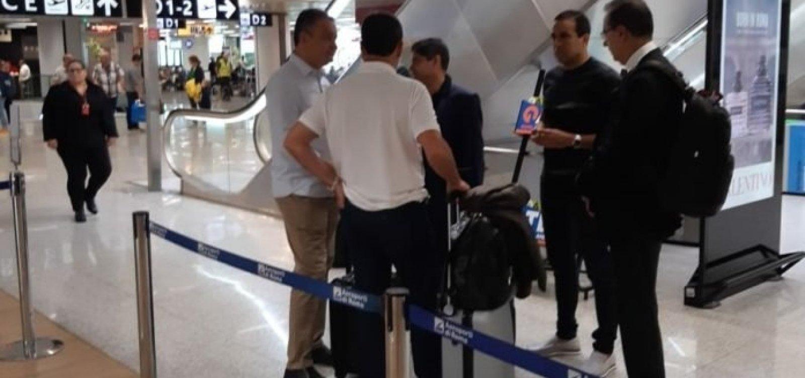 Após canonização de Irmã Dulce, Rui e ACM Neto batem papo em aeroporto