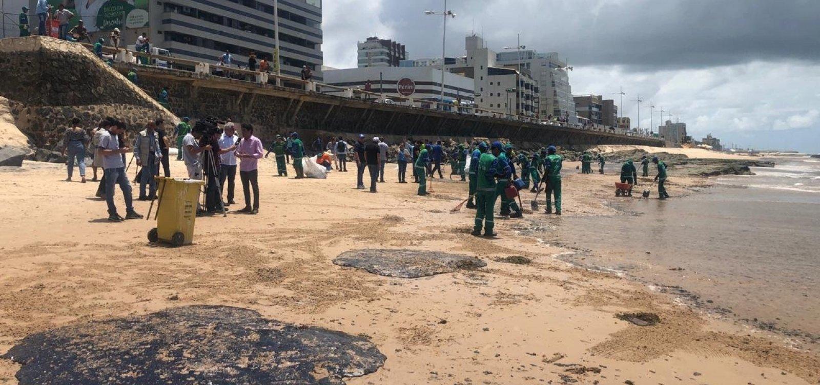 Prefeitura faz mutirão para limpar óleo na orla da Pituba