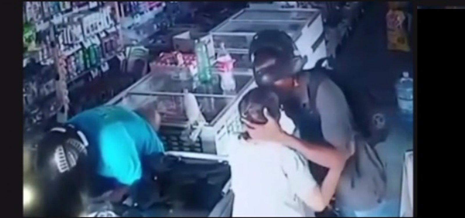Ladrão beija mulher e diz que não quer o dinheiro dela em assalto no Piauí