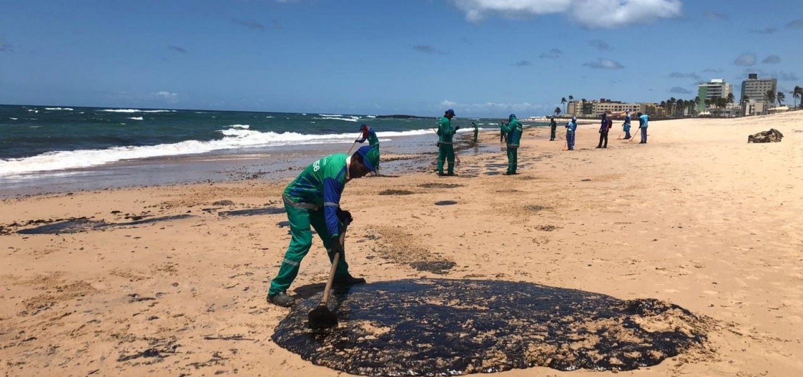 Operação de limpeza retira mais de 22 toneladas de manchas de petróleo em Salvador