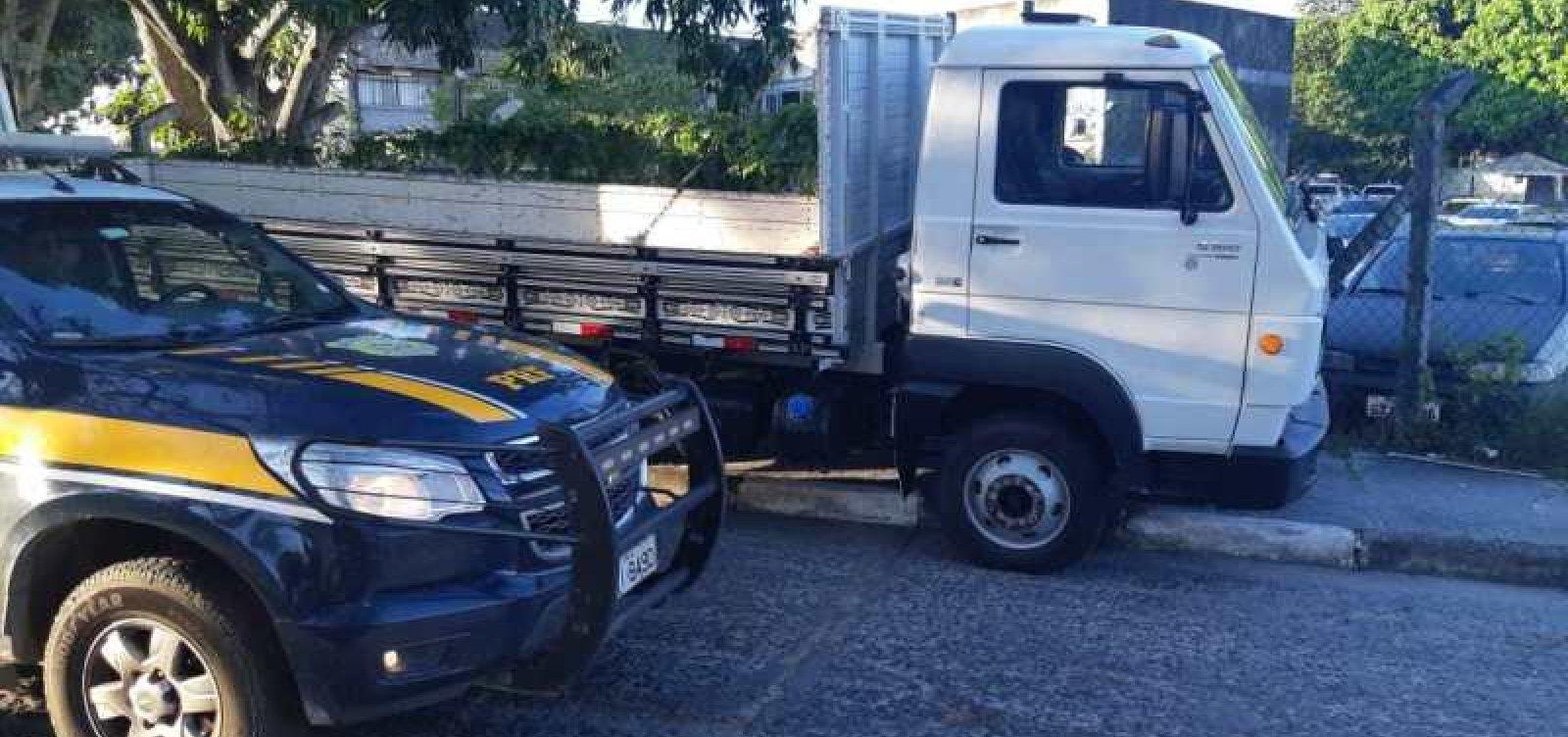 PRF apreende caminhão de carga adulterado na BR-324