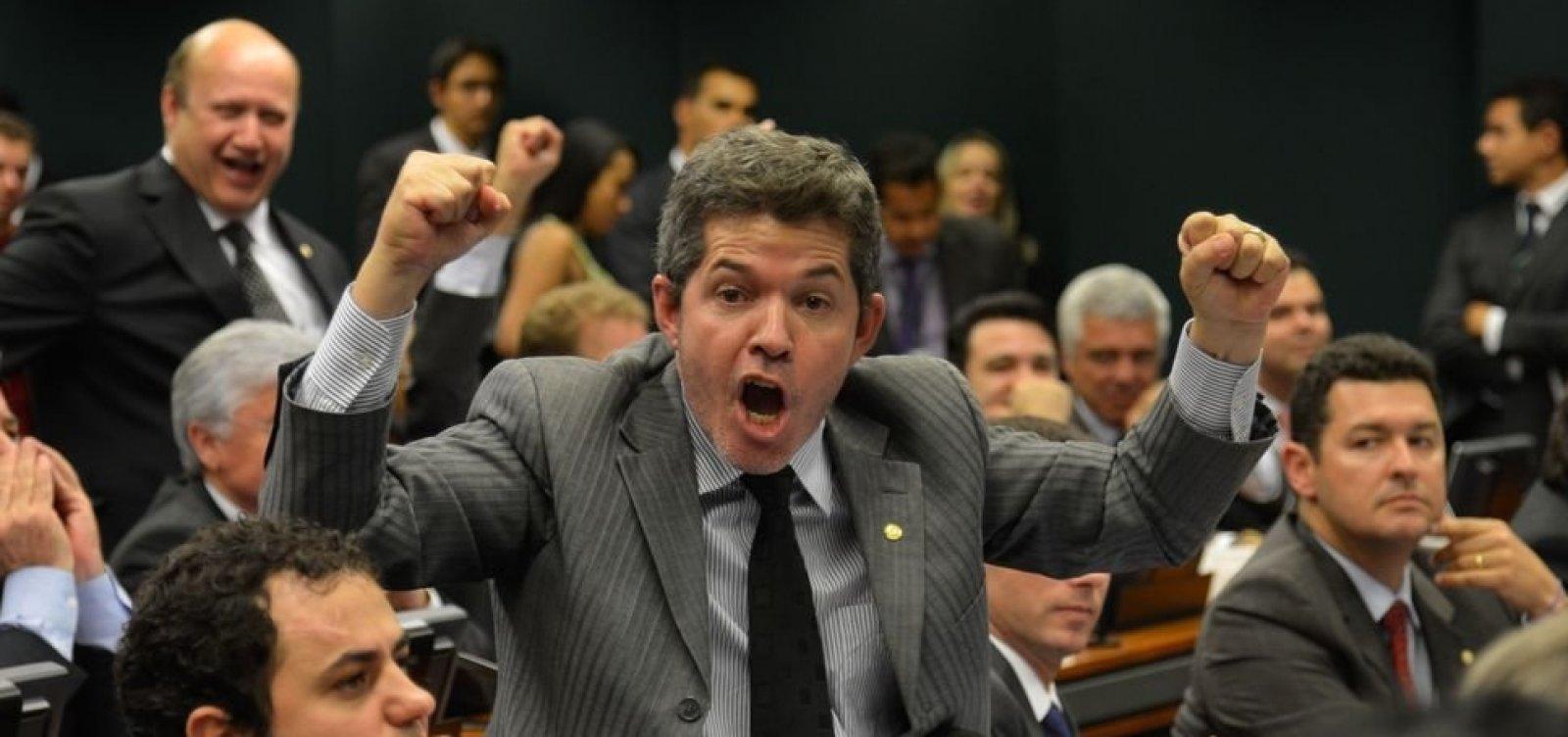 Bolsonaro aciona AGU para processar líder do PSL na Câmara