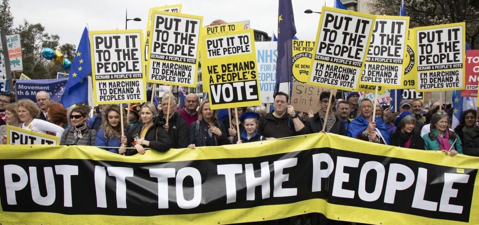 Milhares de manifestantes vão às ruas de Londres pedir novo referendo do Brexit