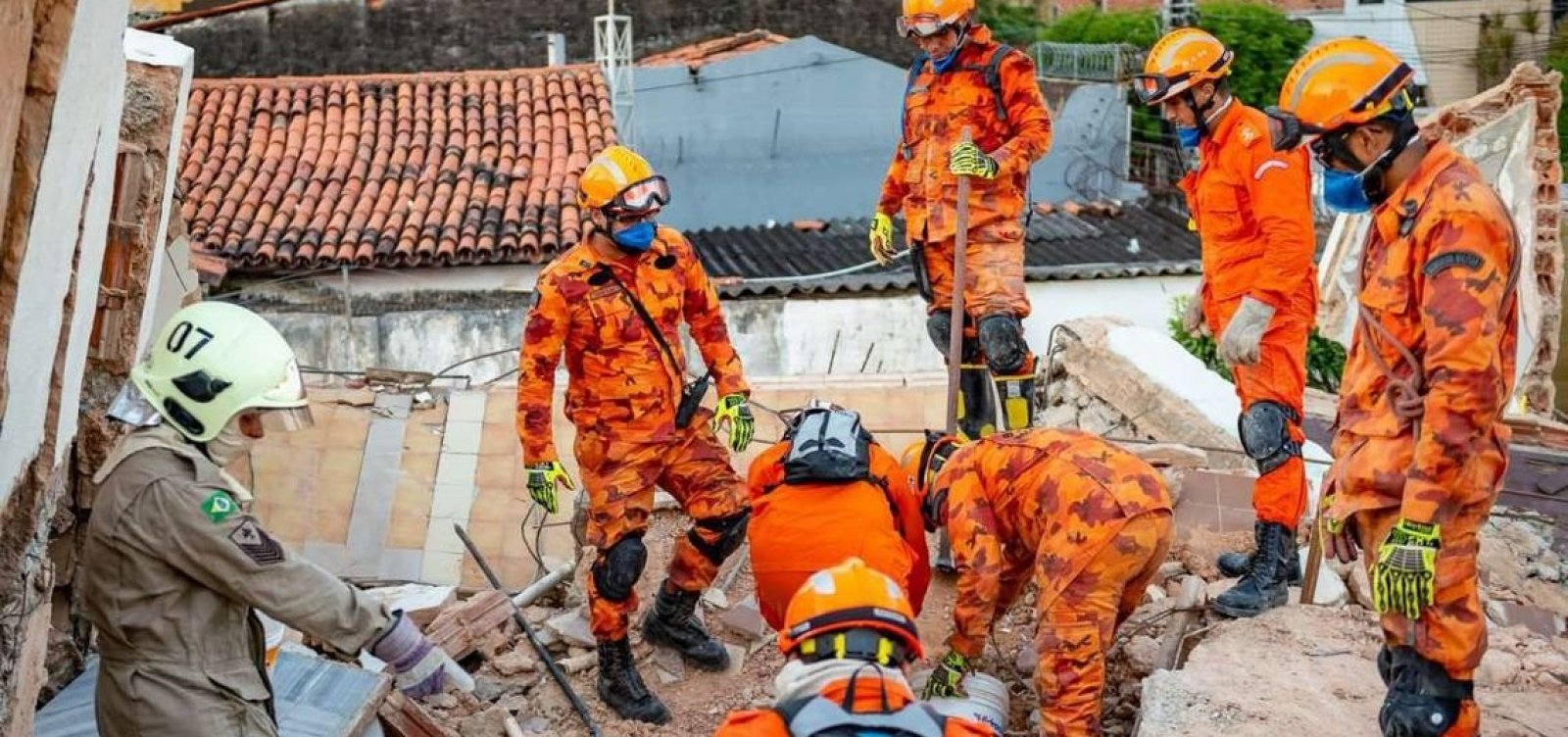 Bombeiros encontram corpo de 8ª vítima de desabamento em Fortaleza