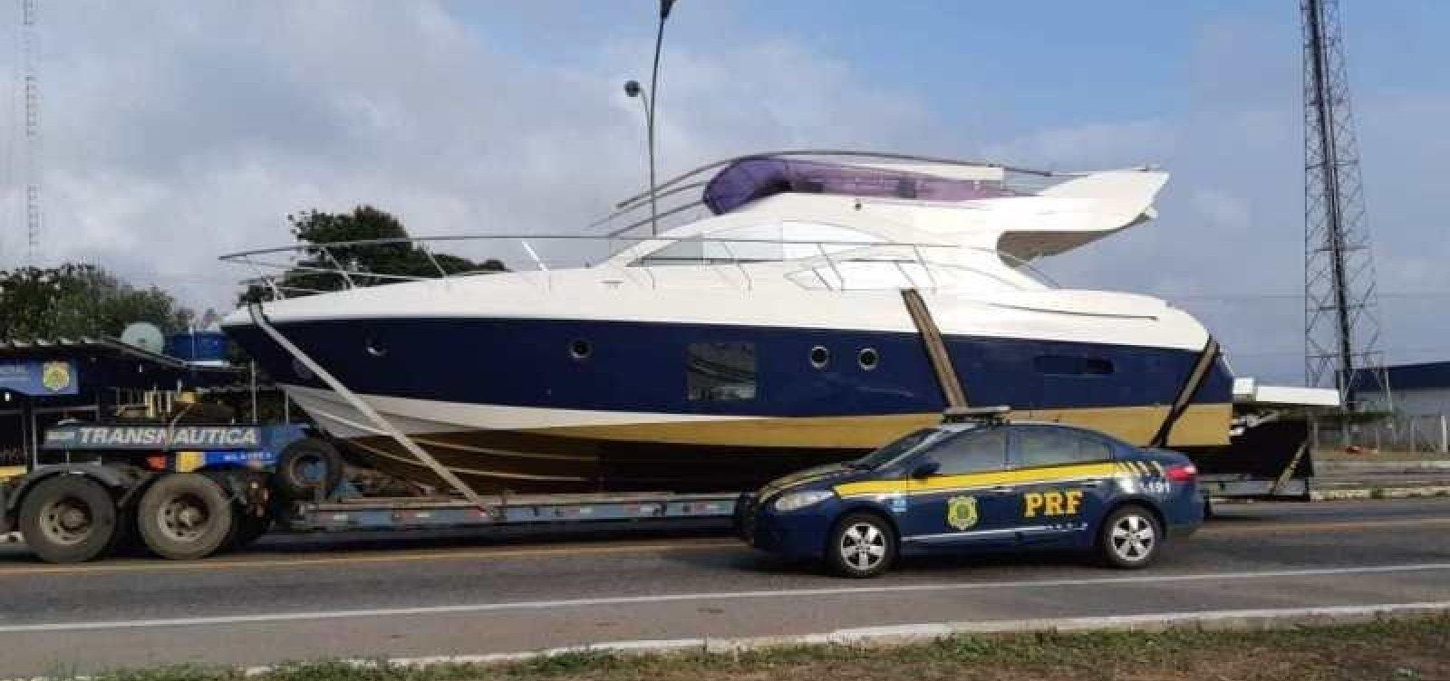 Barco de luxo é transportado irregularmente na BR-116 e fica retido em pátio da PRF