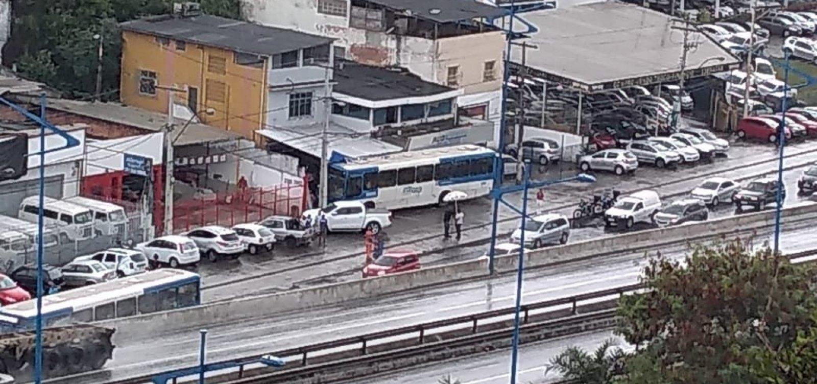 Após ônibus invadir loja, trânsito fica intenso na Heitor Dias