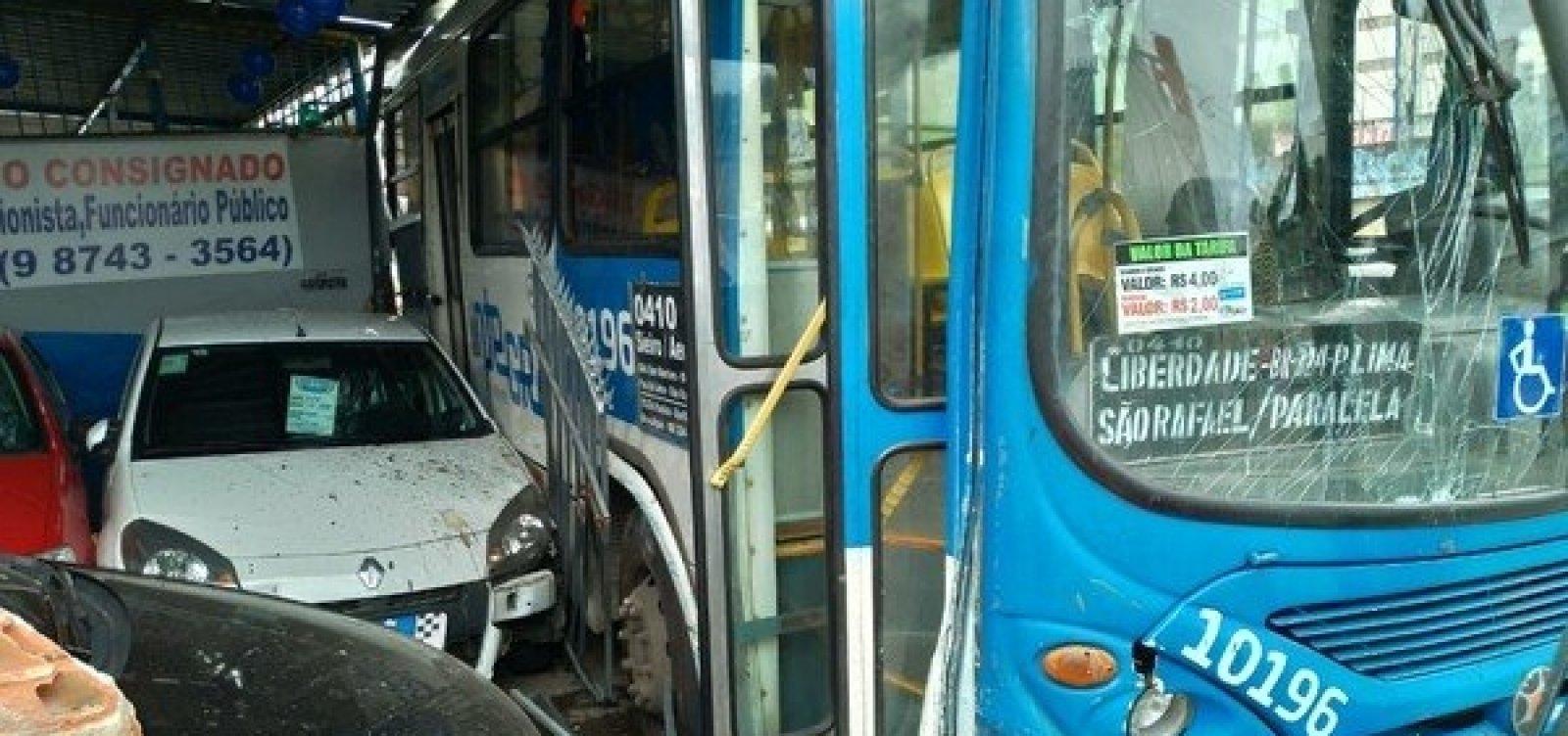 Três horas após acidente, ônibus que invadiu loja na Heitor Dias é retirado por guincho