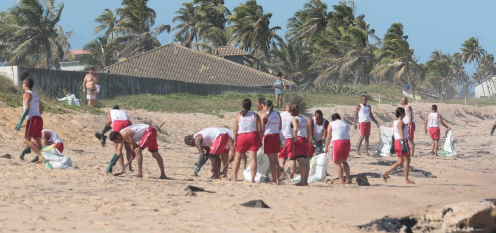 Óleo nas praias: bombeiros realizam nova limpeza no Litoral Norte da Bahia