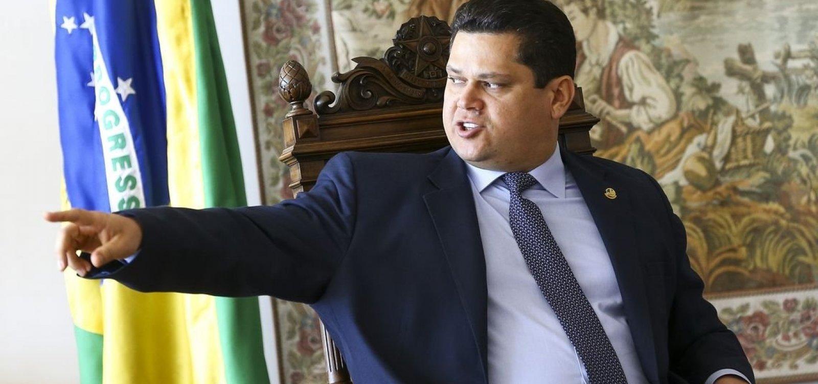 Presidente da República interino, Alcolumbre visita praias atingidas por óleo