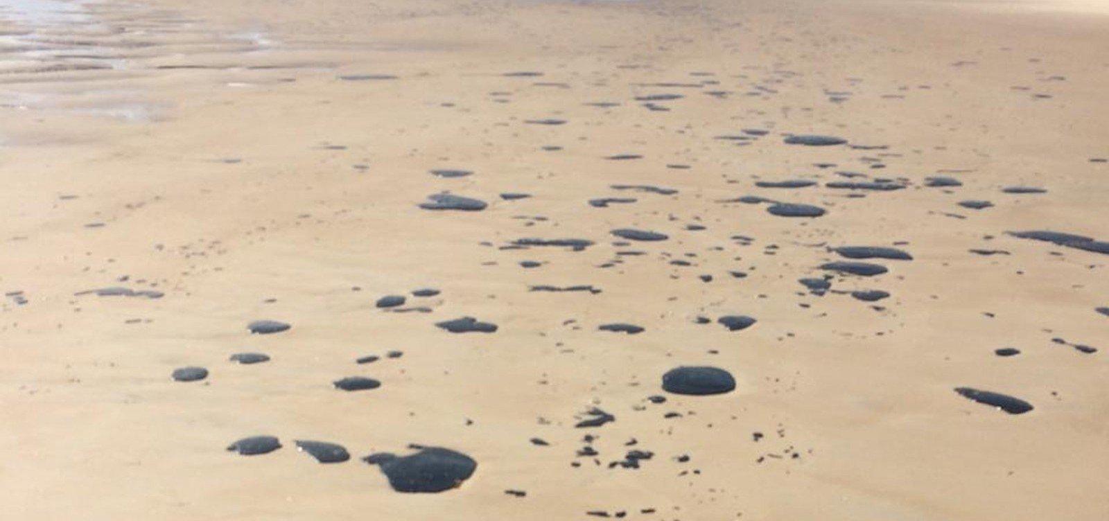 Manchas de óleo chegam à Praia do Norte, em Ilhéus