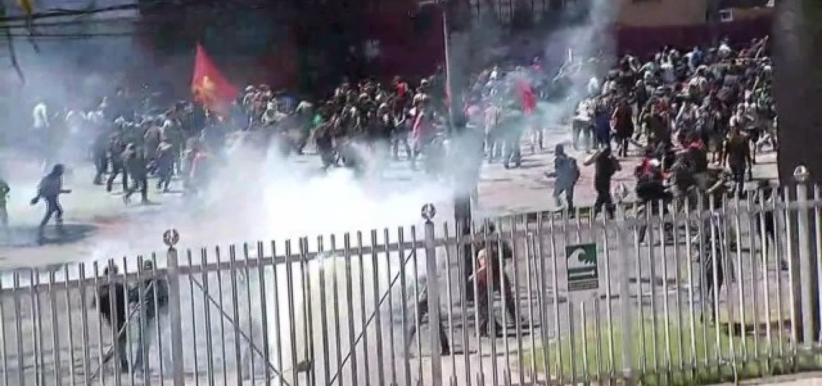 Chile: manifestantes tentam invadir Congresso