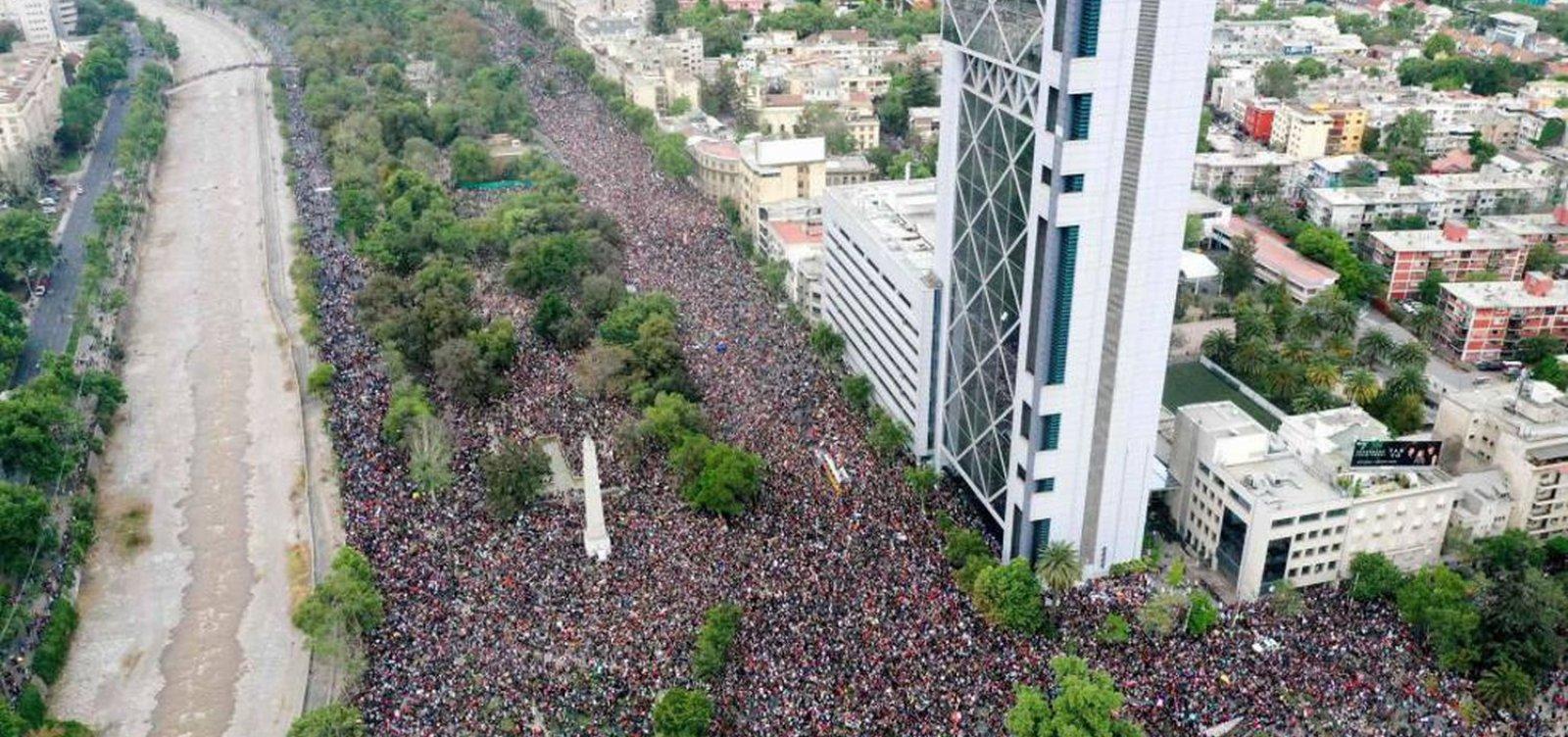 Em oitavo dia de protestos, mais de 1,2 milhão de pessoas se reúnem em marcha no Chile