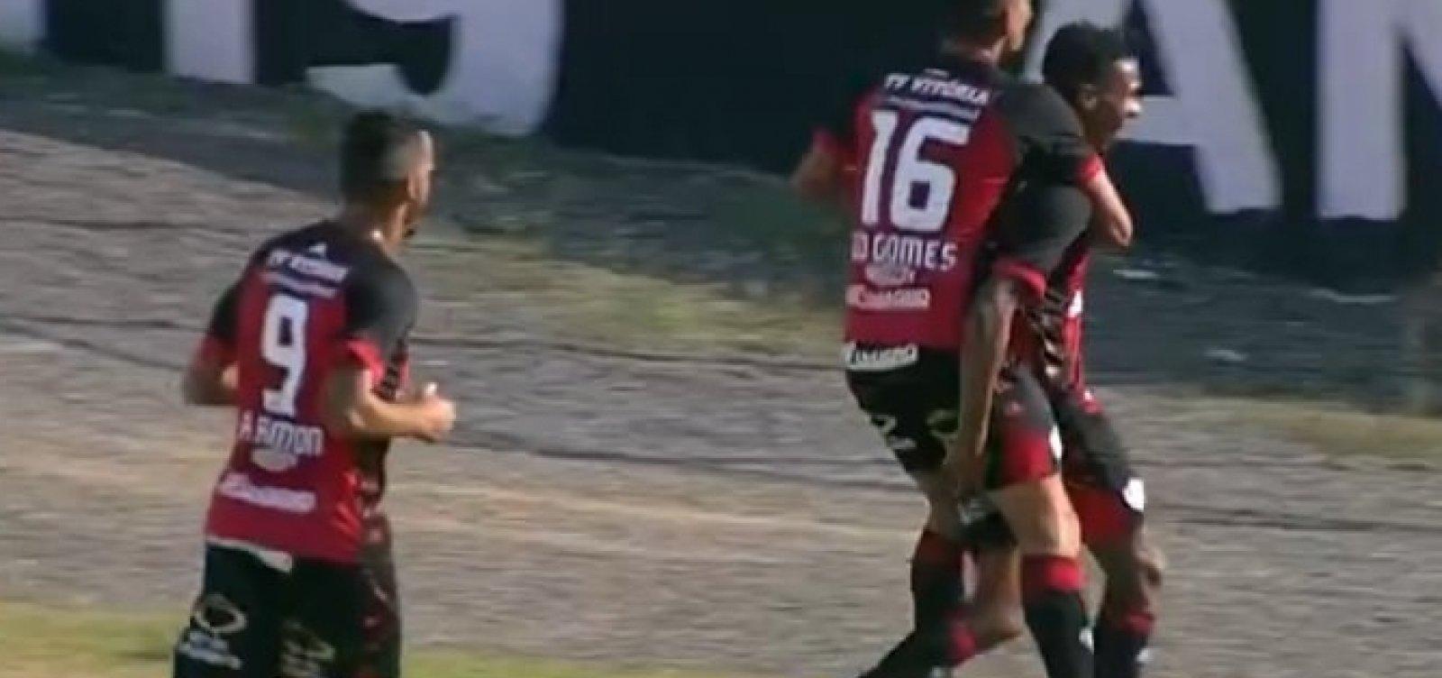 Com um jogador a menos em campo, Vitória vence a Ponte Preta fora de casa