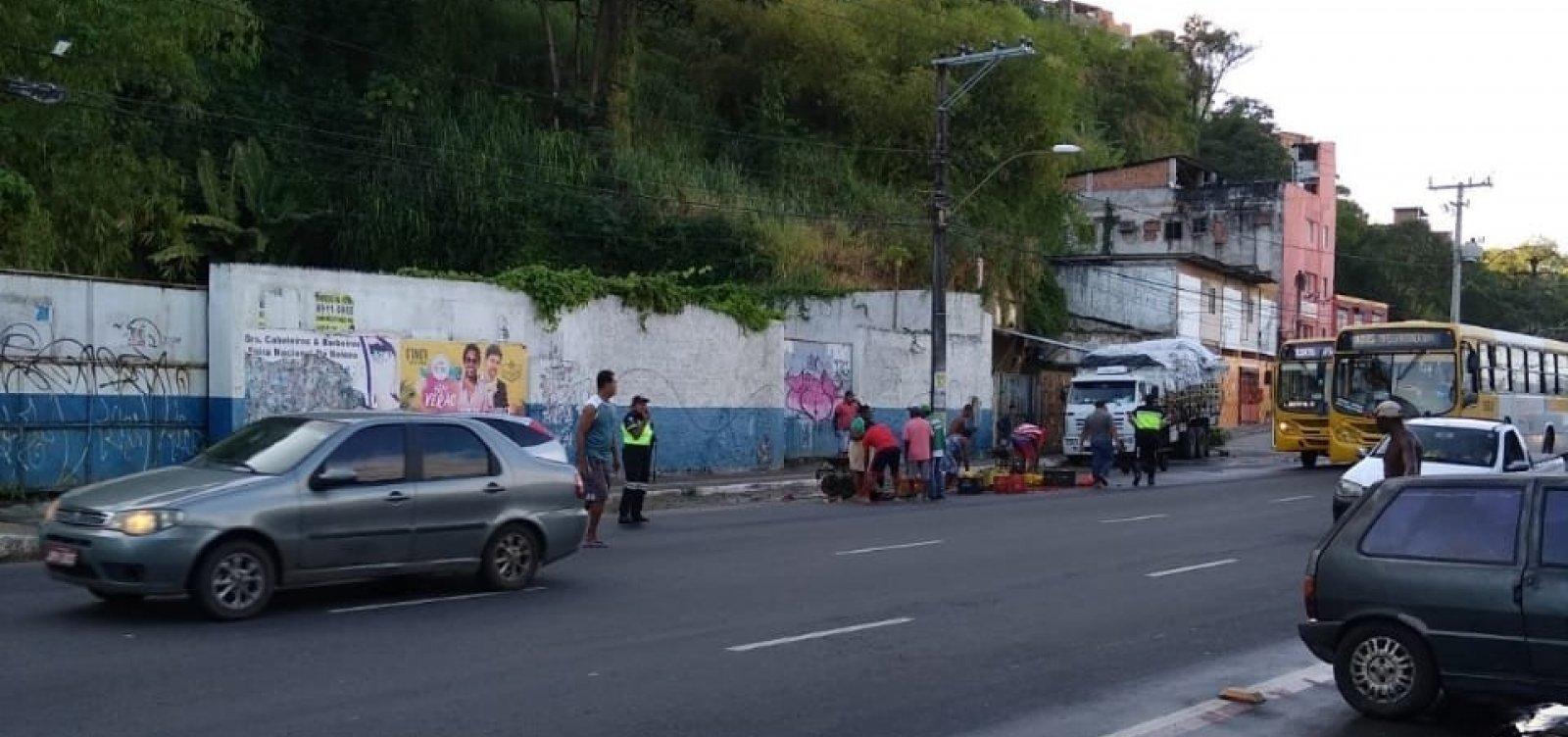 Carro atropela pedestre na Avenida Jequitaia