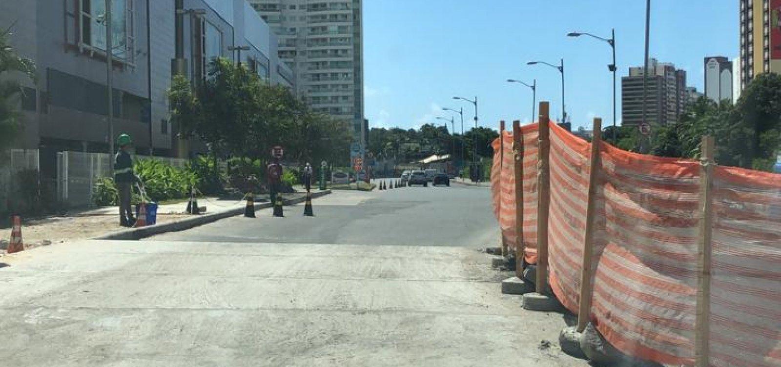 Obra em frente ao Salvador Shopping deixa trânsito lento na região