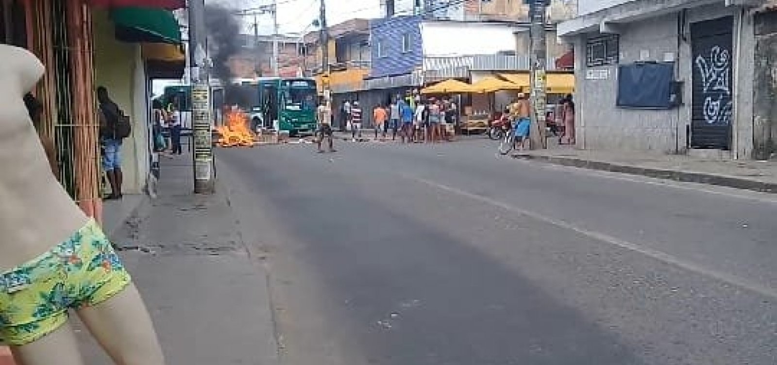 Estradas das Barreiras é bloqueada por ônibus e objetos em chamas