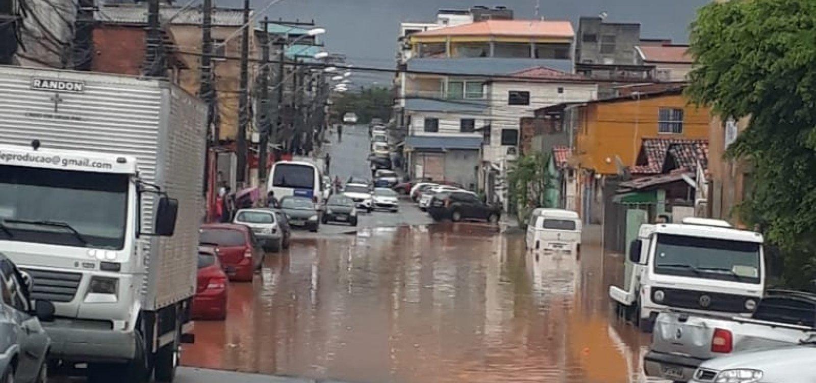 Em dia de chuvas, Salvador tem alagamentos e árvores caídas