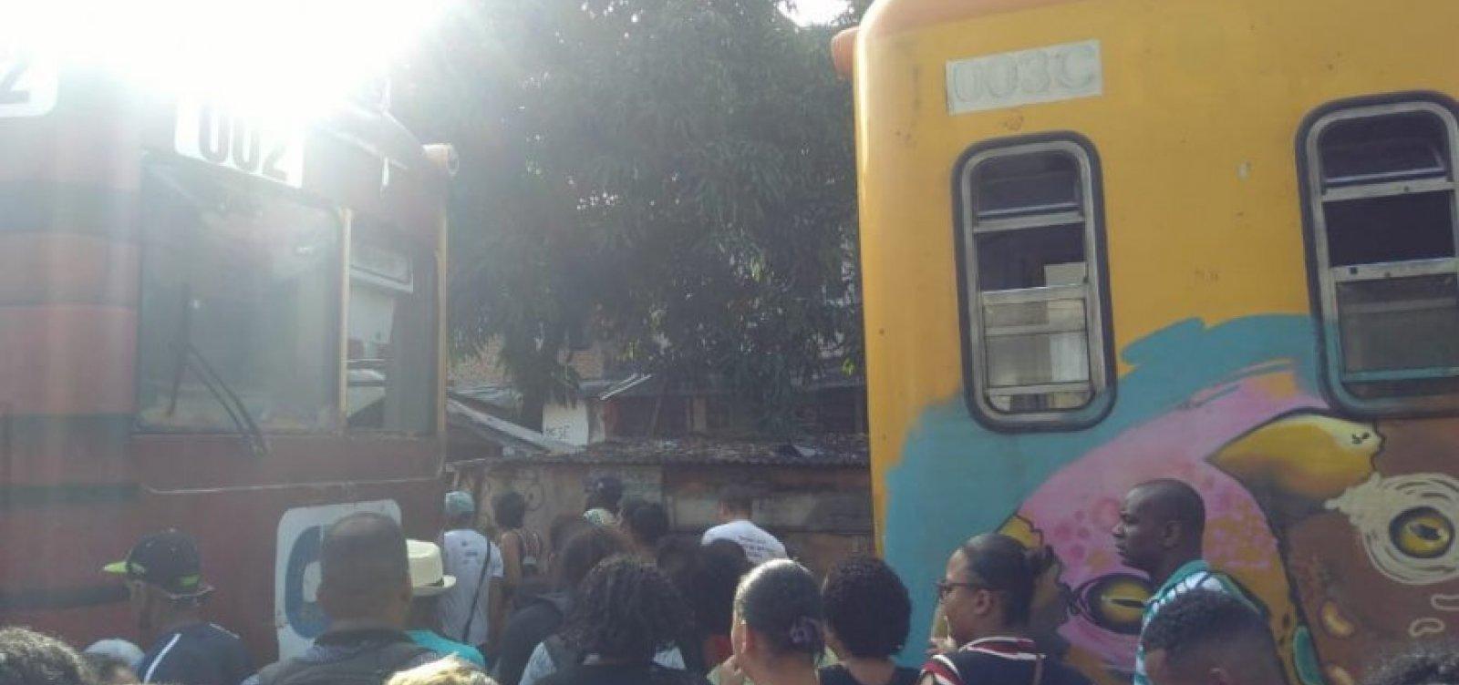 Trens colidem na Estação Lobato
