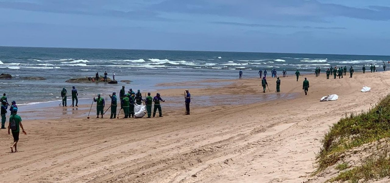 Após reaparecimento de manchas em Stella Maris, Limpurb recolhe mais de uma tonelada de óleo na praia