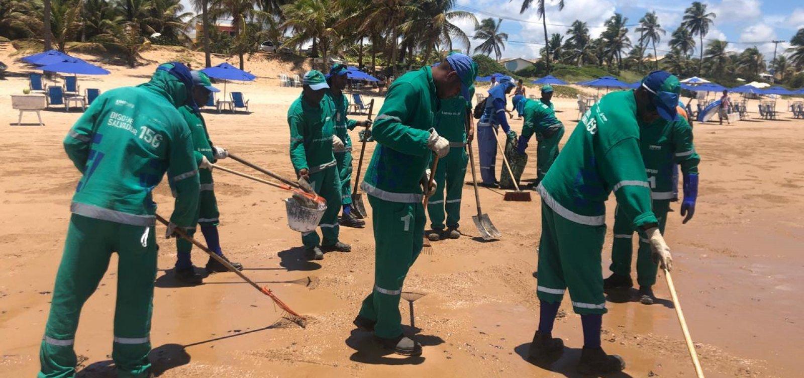 Cerca de 4,5 toneladas de óleo são retiradas das praias de Salvador neste sábado