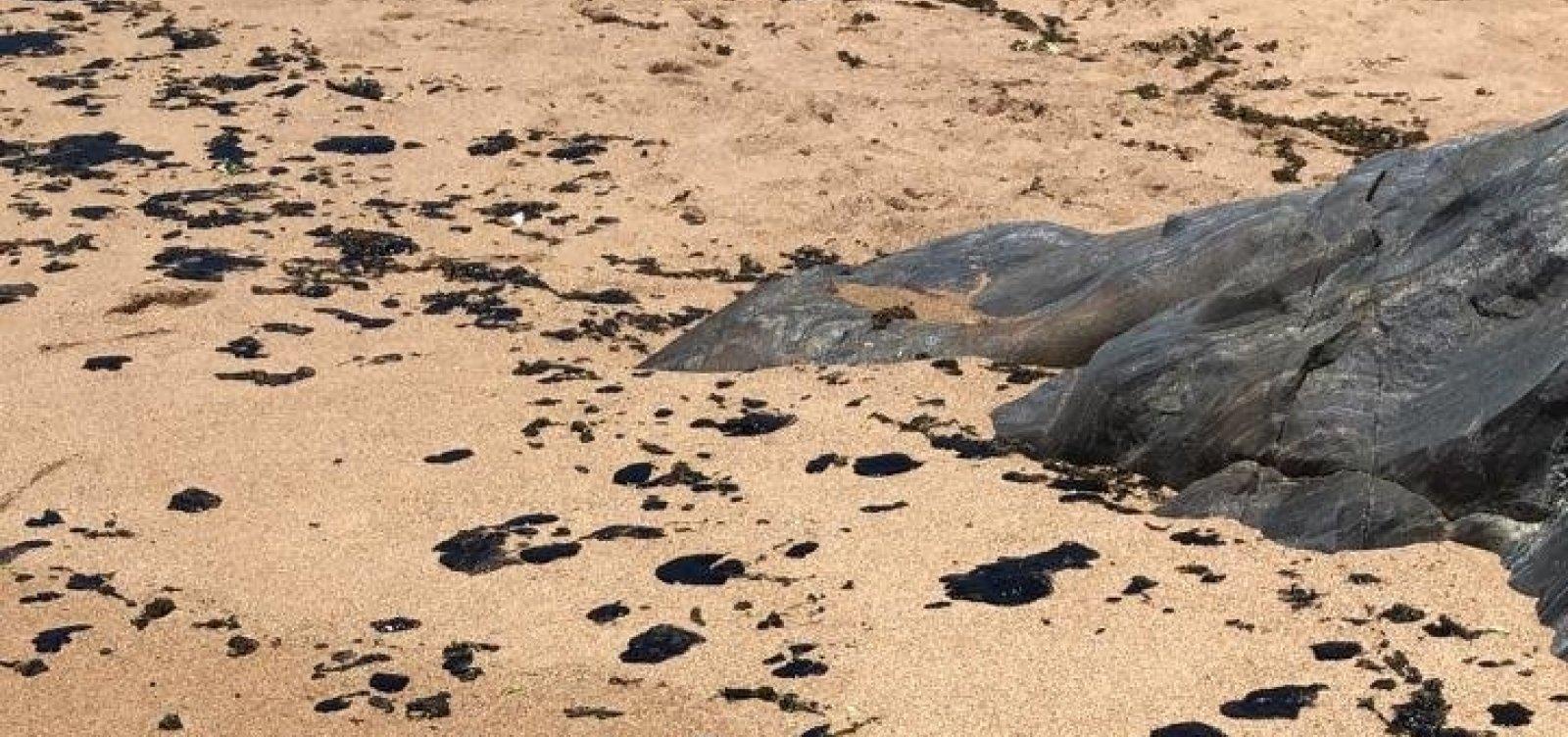 Praia de Busca Vida amanhece com manchas de óleo na areia