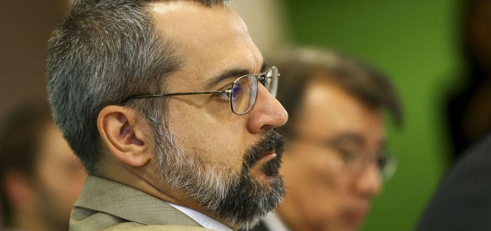 Ministro da Educação se recusa a falar com repórter da Globo; veja vídeo