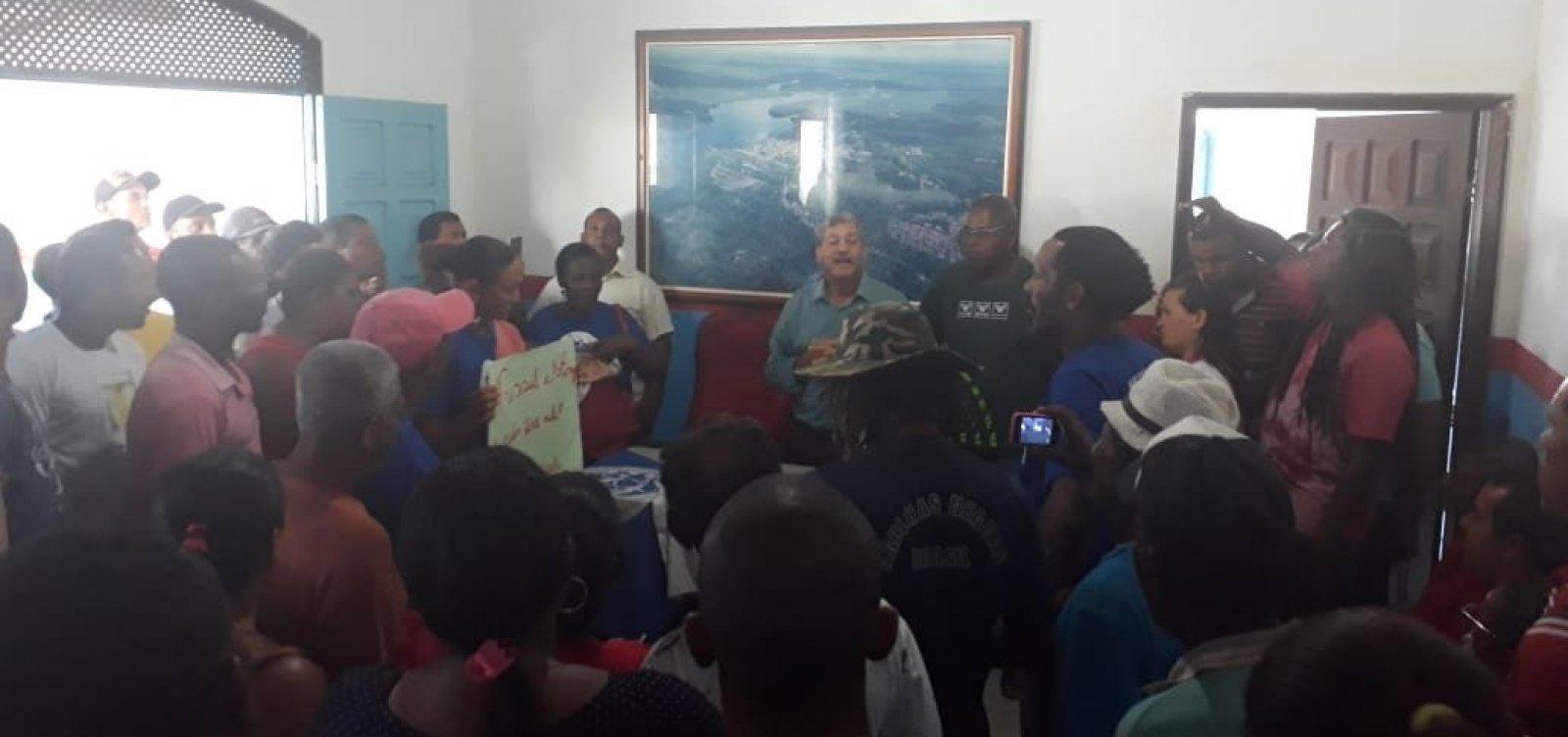 Taperoá: pescadores ocupam prefeitura e pedem soluções para prejuízos causados por óleo