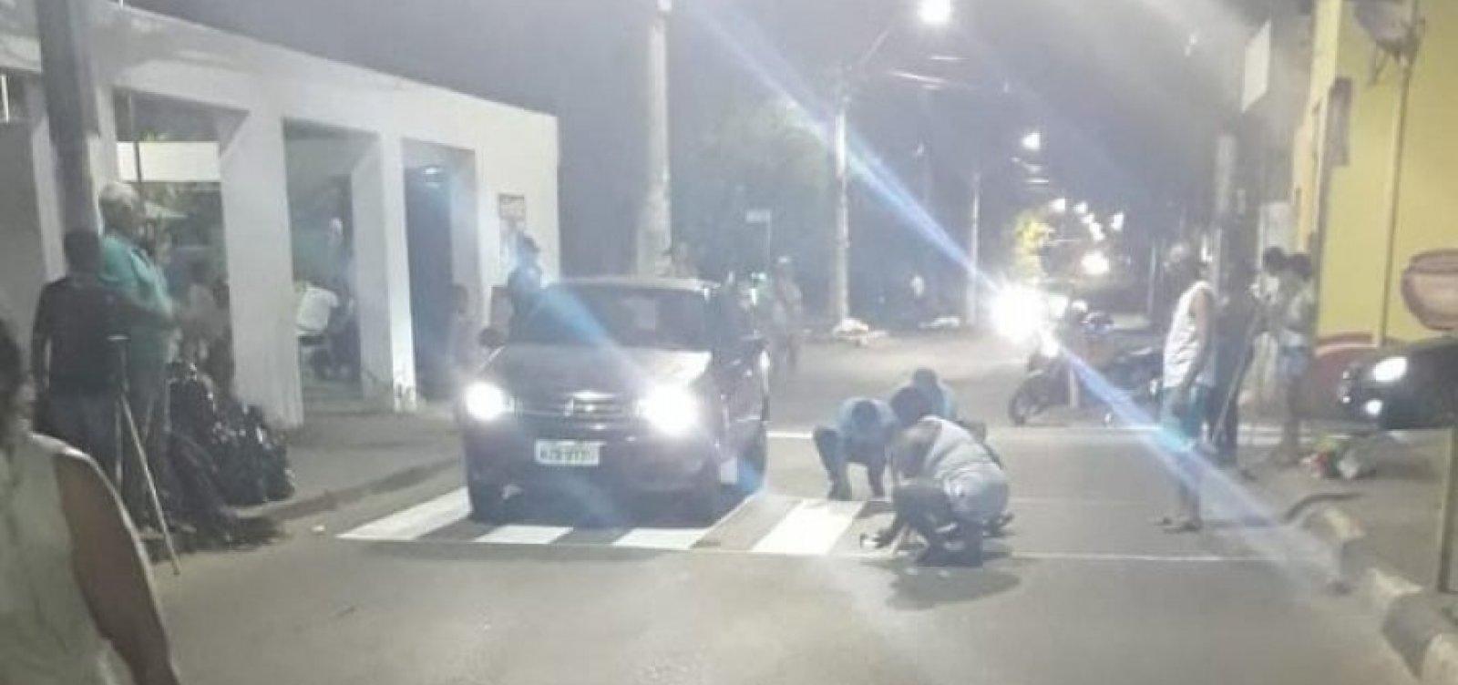 Vídeo: Moradores param o trânsito para pintar faixa de pedestre em Lauro de Freitas