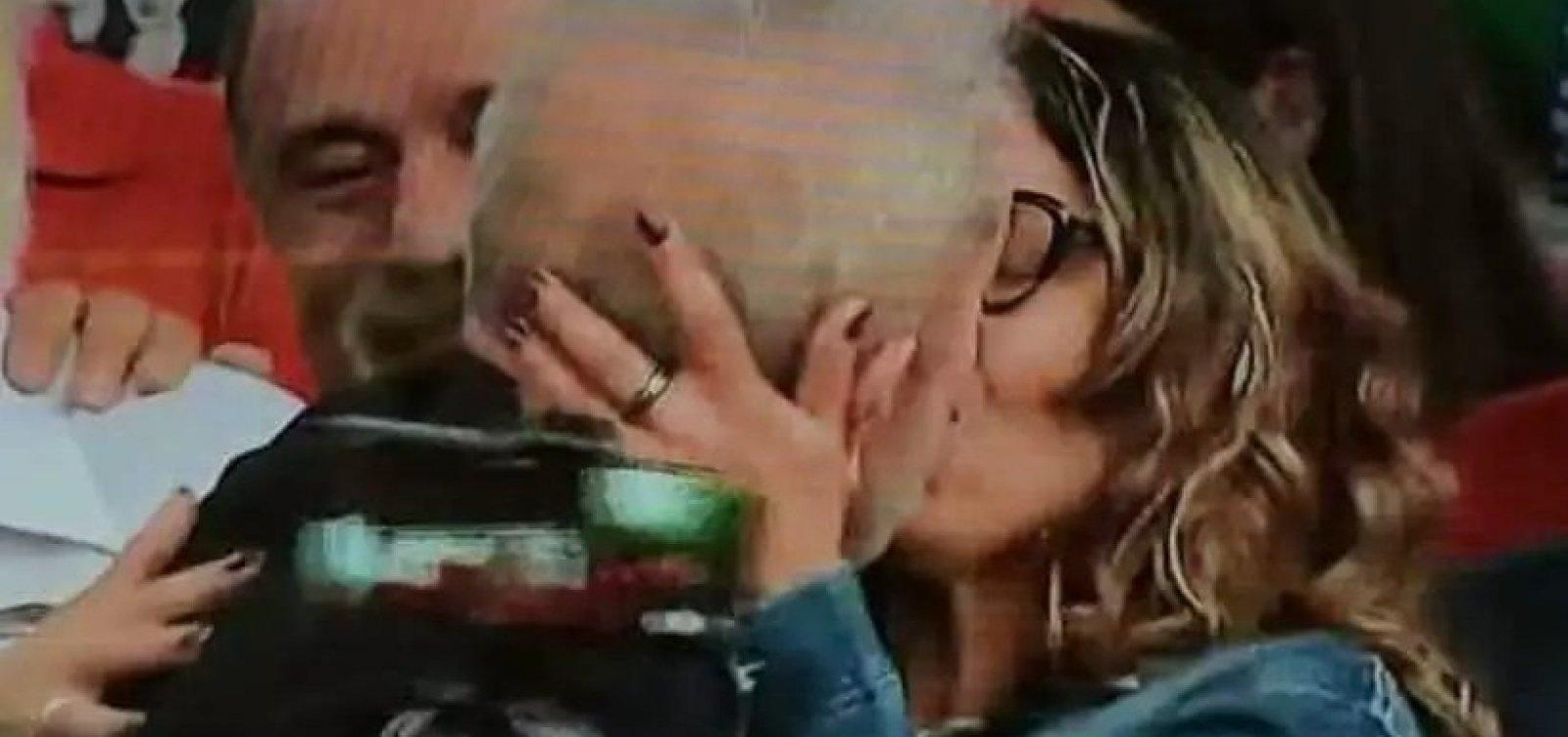 Lula anuncia casamento e beija namorada em discurso