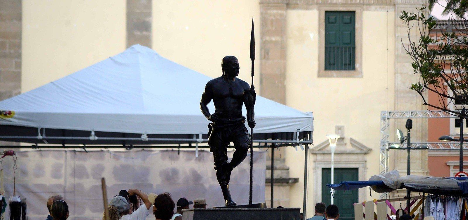 Estátua de Zumbi dos Palmares recebe nova lança após furto