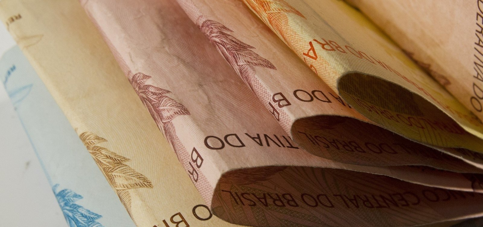 Quase 90% dos brasileiros pretendem usar 13º salário para quitar dívidas, diz pesquisa