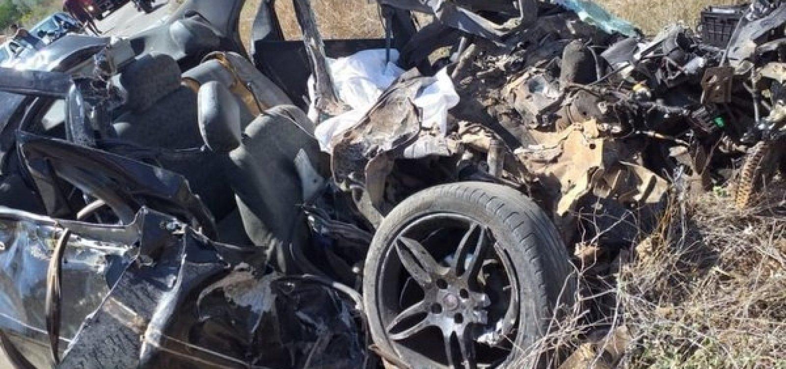 Acidente entre carro e ônibus mata jovem e deixa pelo menos cinco feridos na BA-142