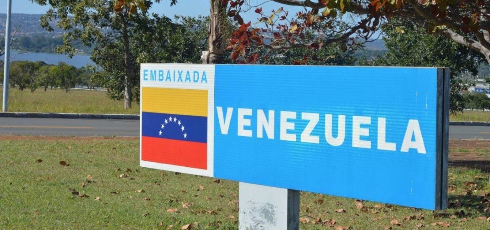 Vídeo mostra confusão entre apoiadores de Maduro e Guaidó na embaixada da Venezuela