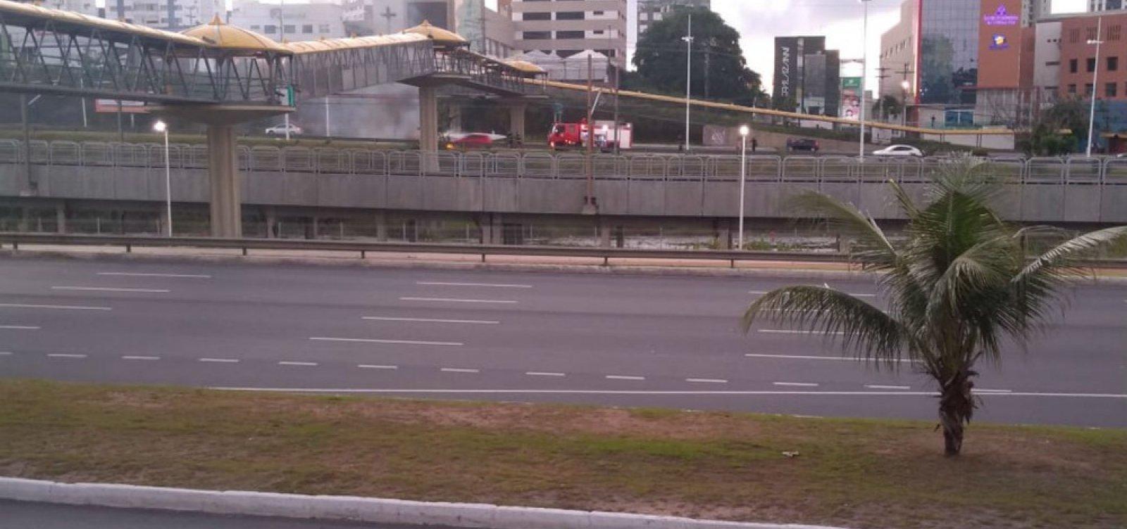 Carro pega fogo na Avenida Paralela