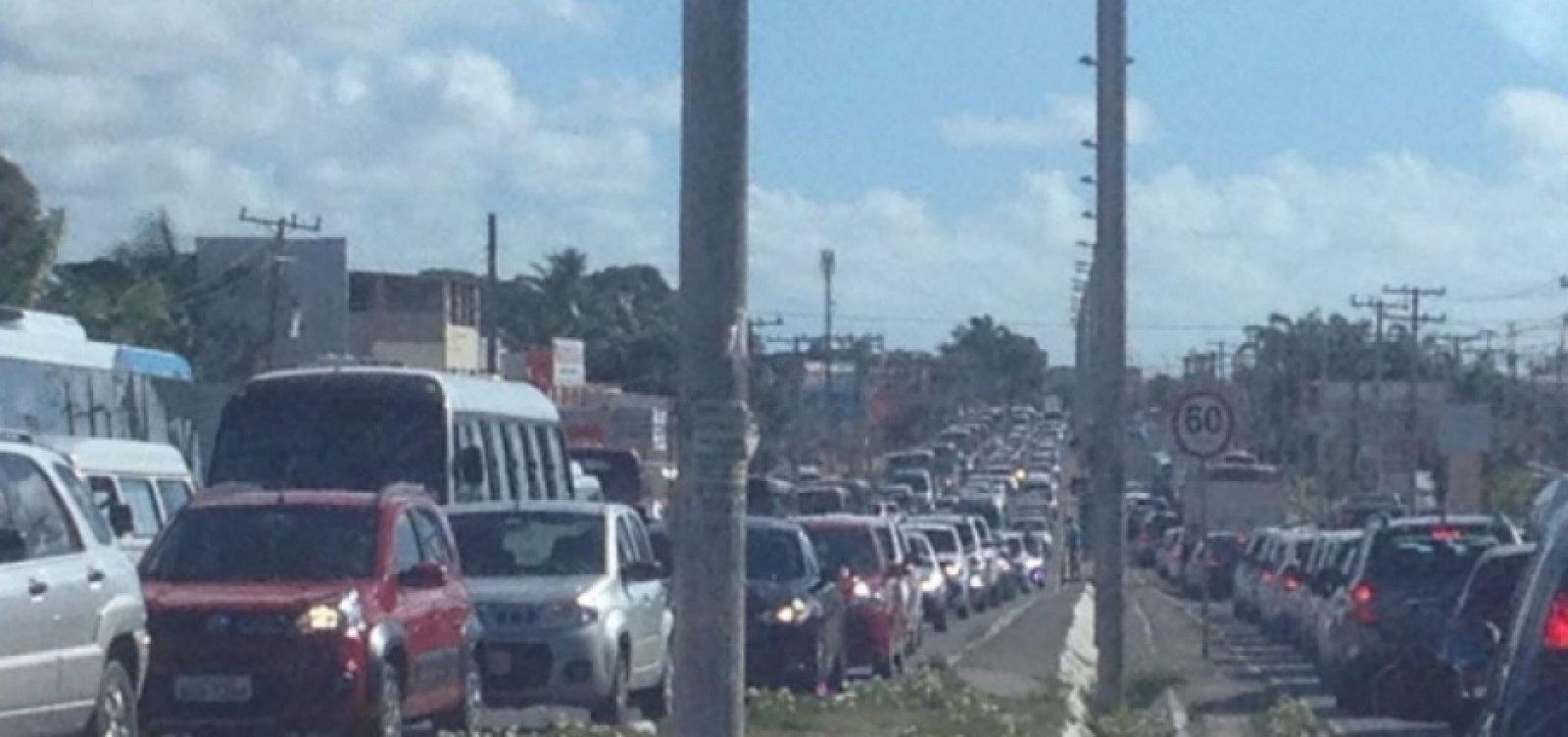 Manifestação gera engarrafamento de 2h na Estrada do Coco