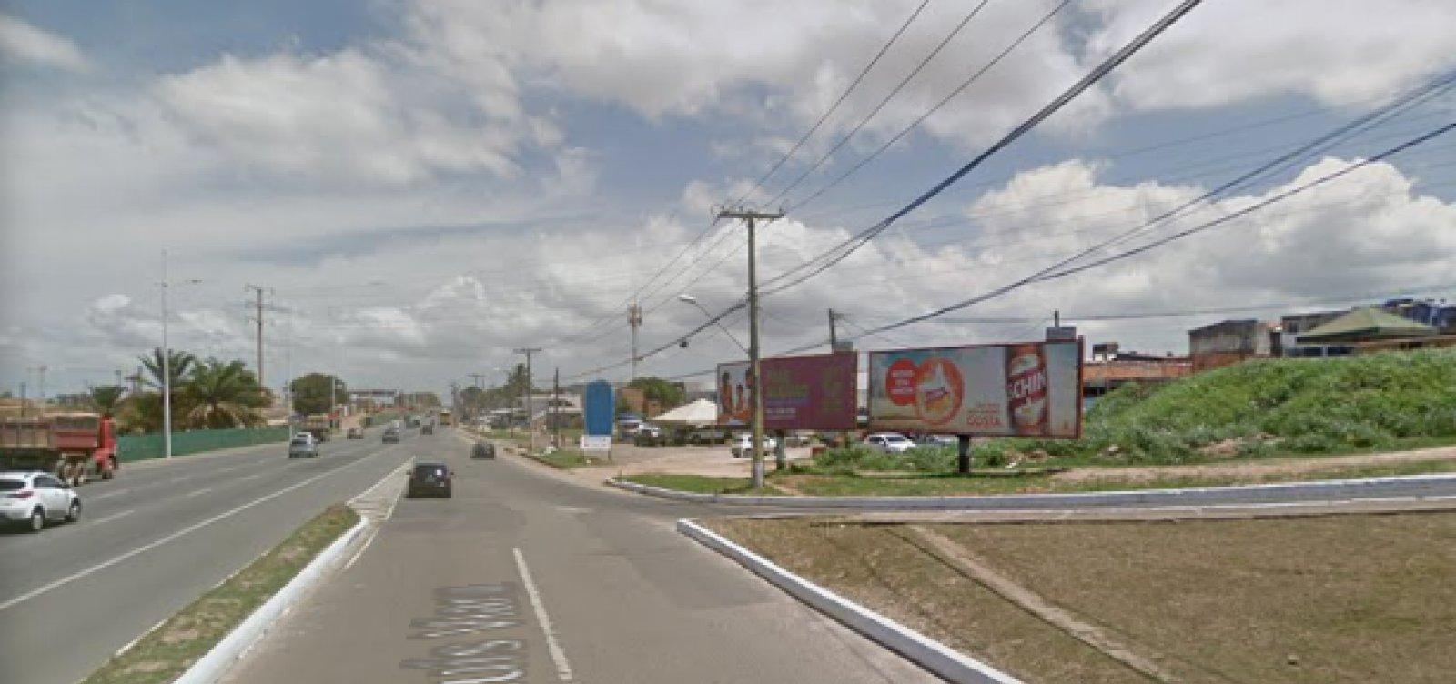 Colisão entre carro e moto deixa trânsito lento na Avenida Paralela
