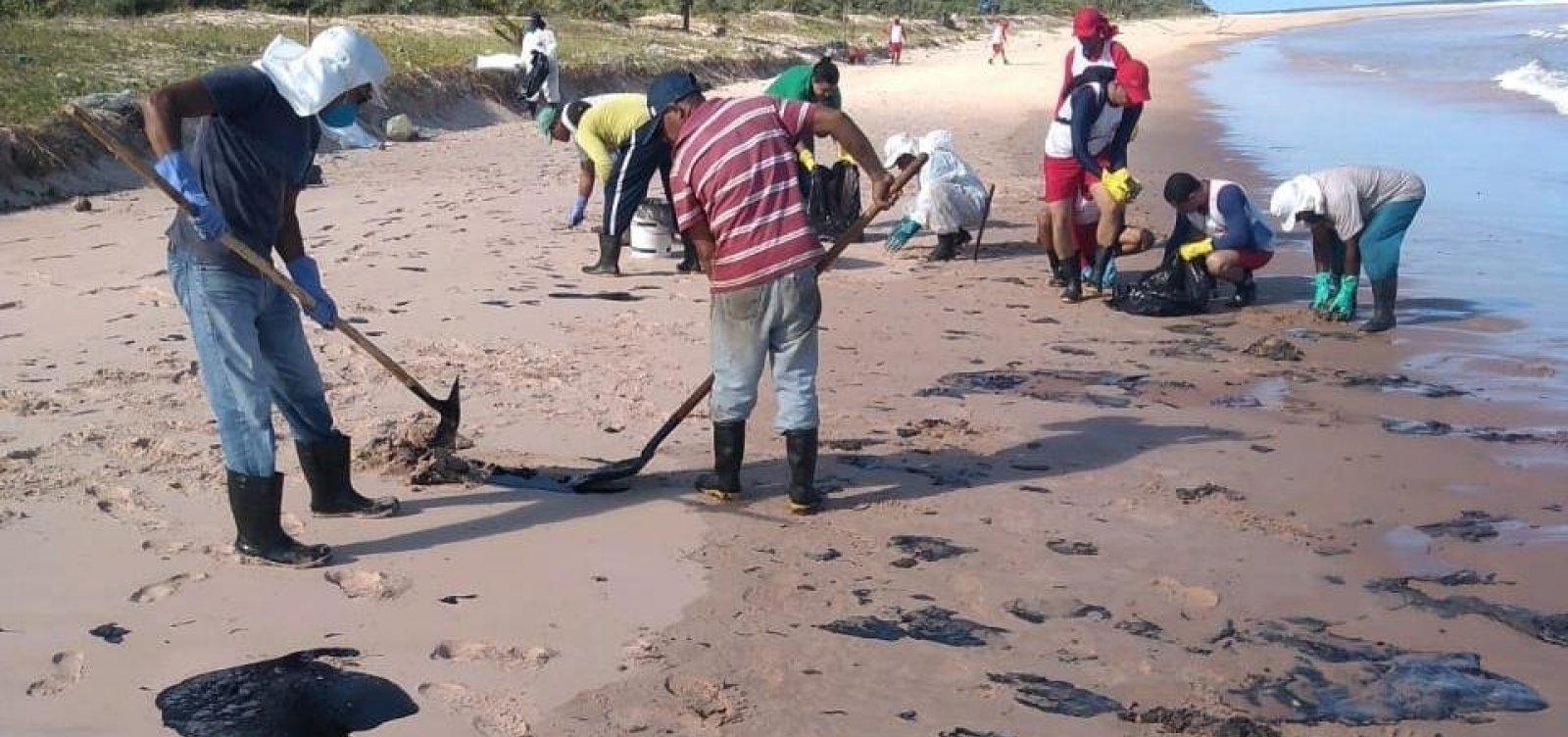 Três cidades baianas seguem com fragmentos do óleo no litoral