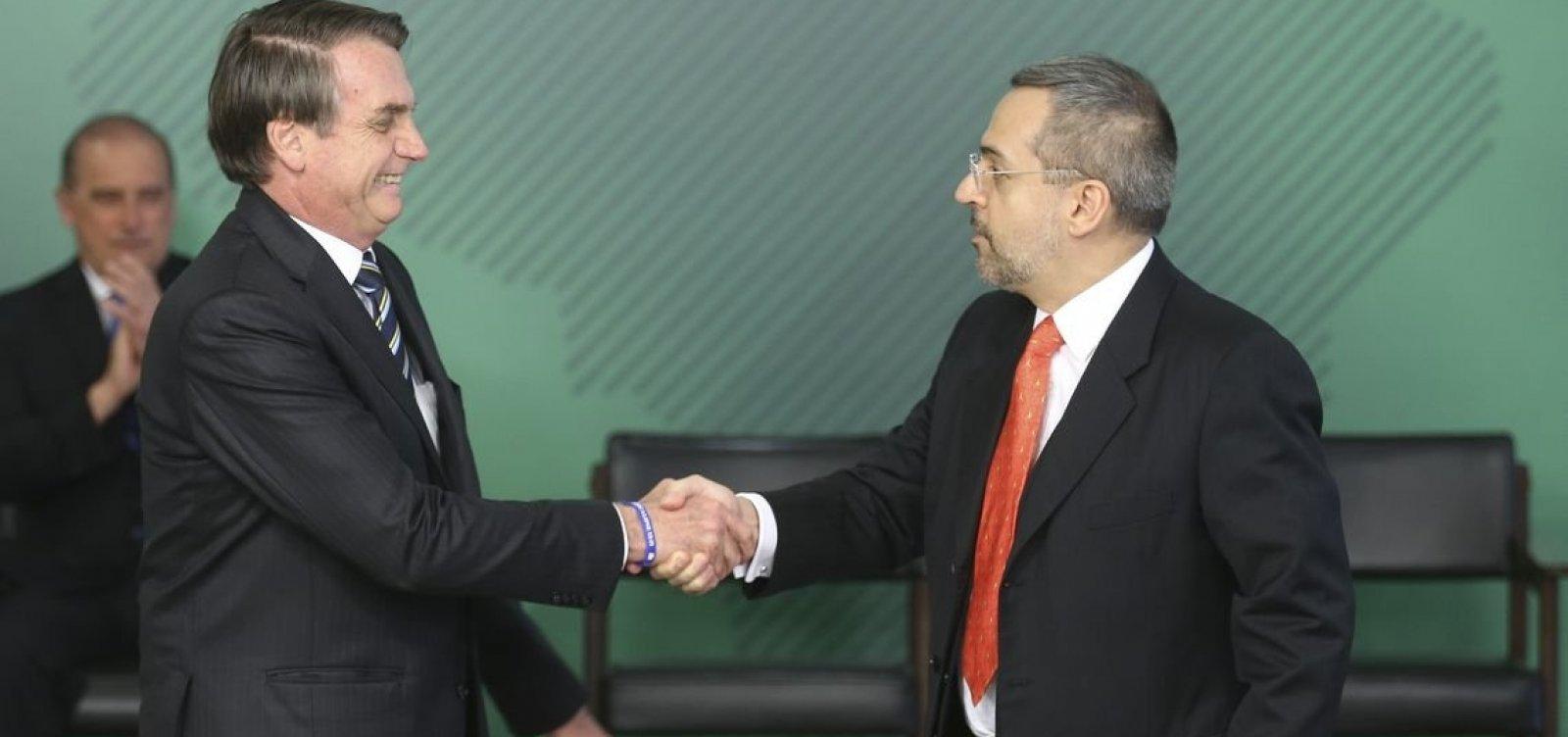 Bolsonaro diz que, por enquanto, não pretende tirar Weintraub de comando do MEC