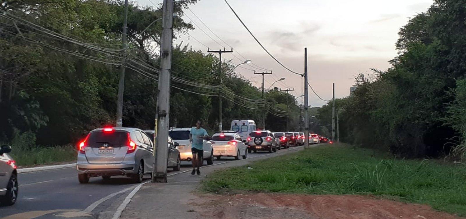 Carro parado congestiona Ladeira do Saboeiro