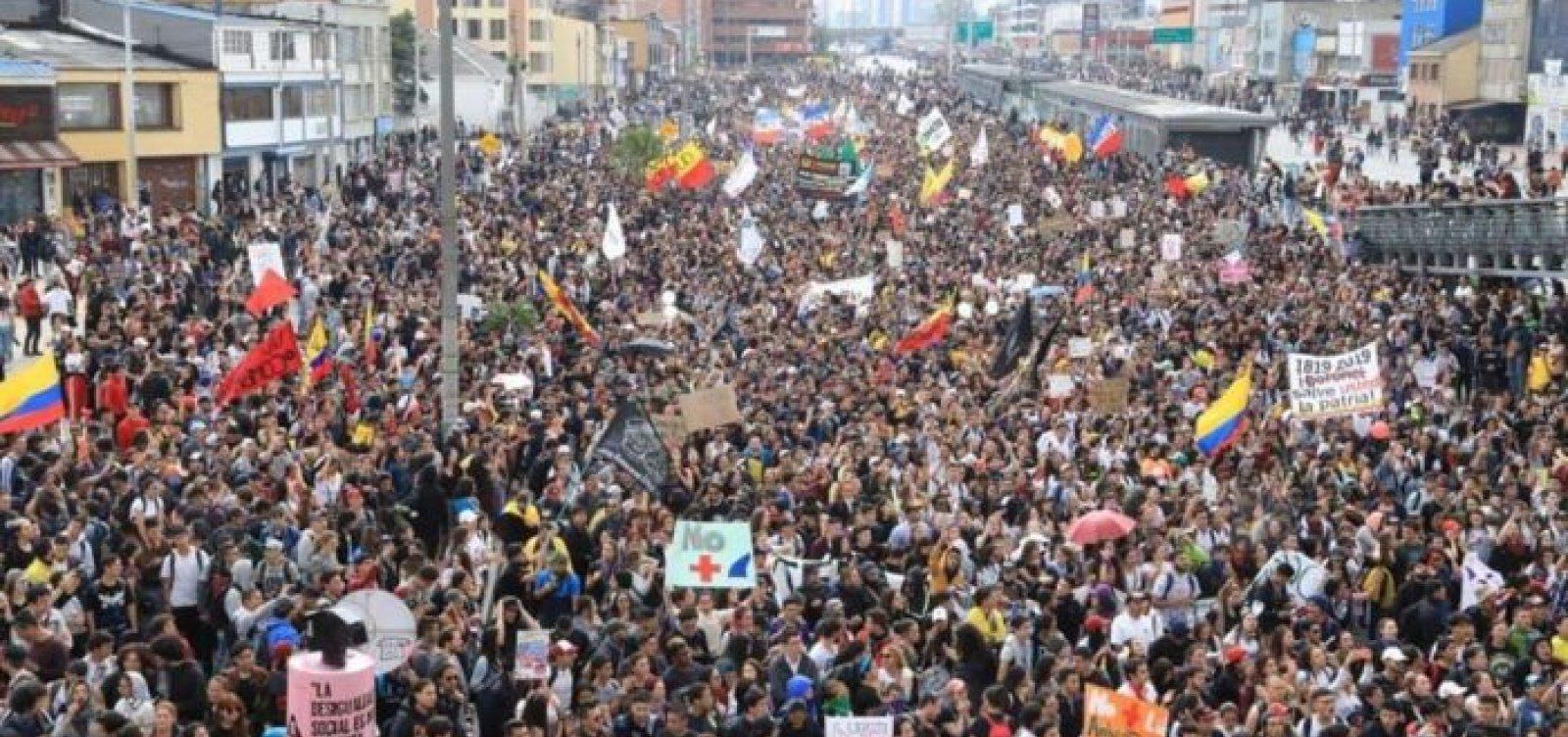 Milhares de colombianos vão às ruas contra políticas de Duque