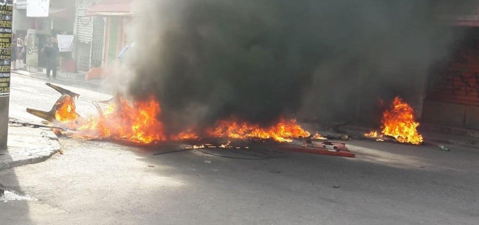 Grupo de manifestantes bloqueia trecho da Estrada das Barreiras e queima objetos na pista