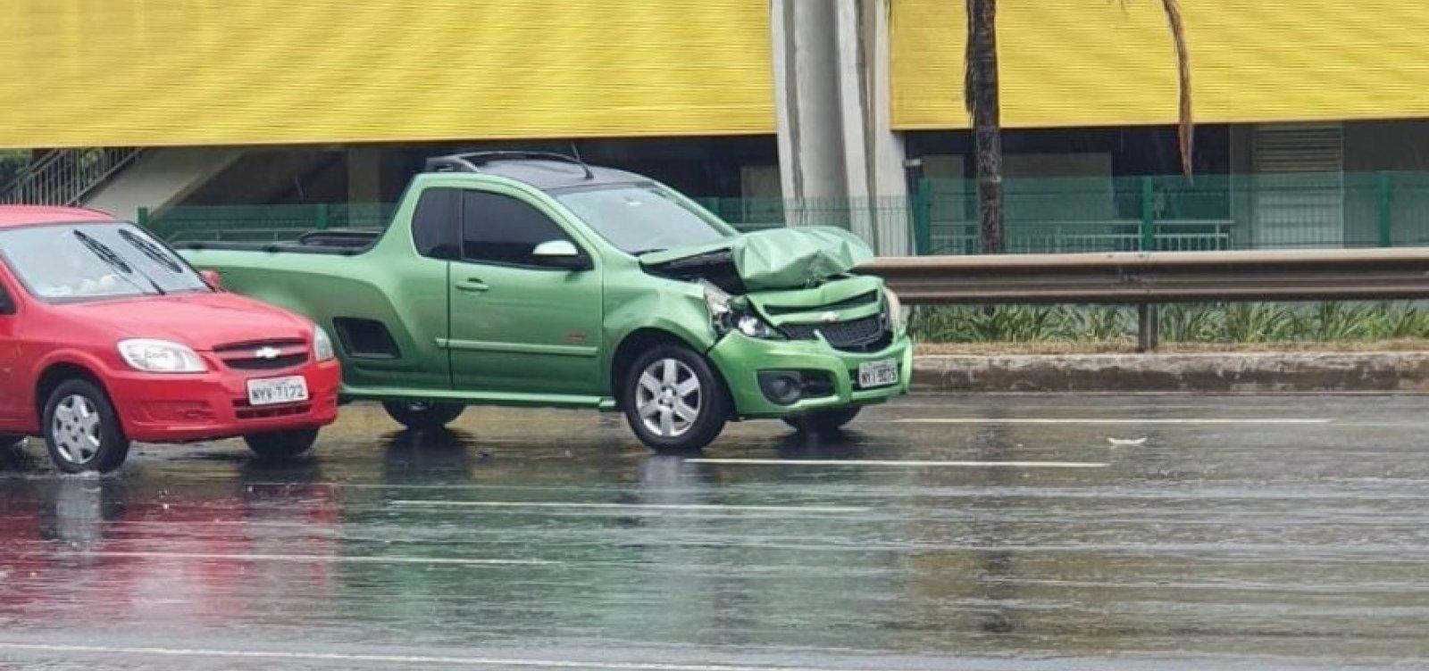 Três carros colidem na Avenida Paralela