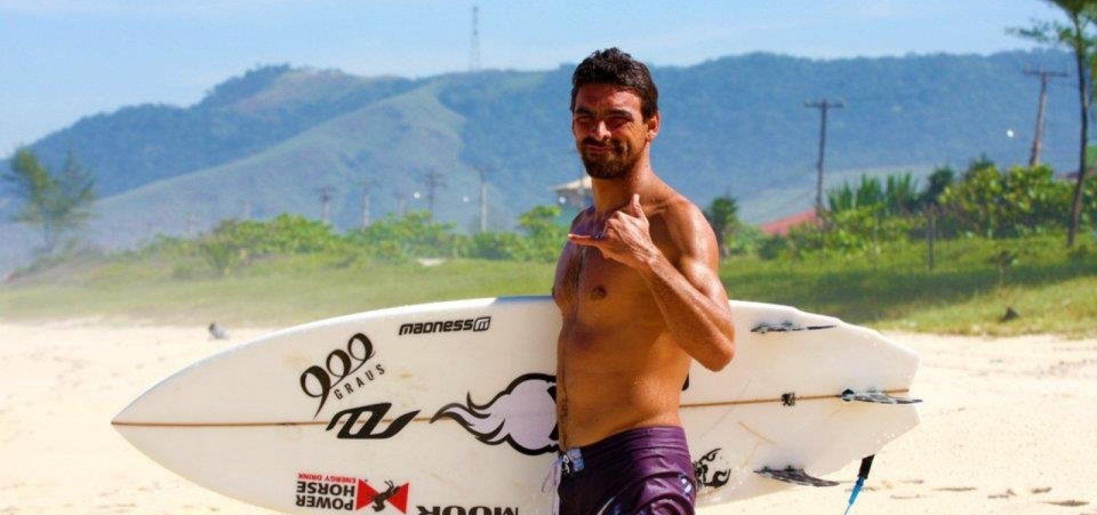 Surfista bicampeão brasileiro morre afogado após mal-estar durante competição